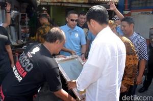 Saat Jokowi Tanda Tangan di Cetakan Sablon Kaus Milik Warga