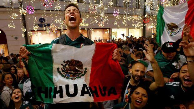 Fan timnas Meksiko merayakan keberhasilan Javier Hernandez dan kawan-kawan meraih kemenangan atas Jerman.