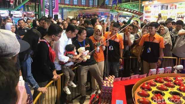 Jokowi di Transmart Bogor /