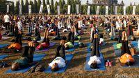Yoga massal di Denpasar.