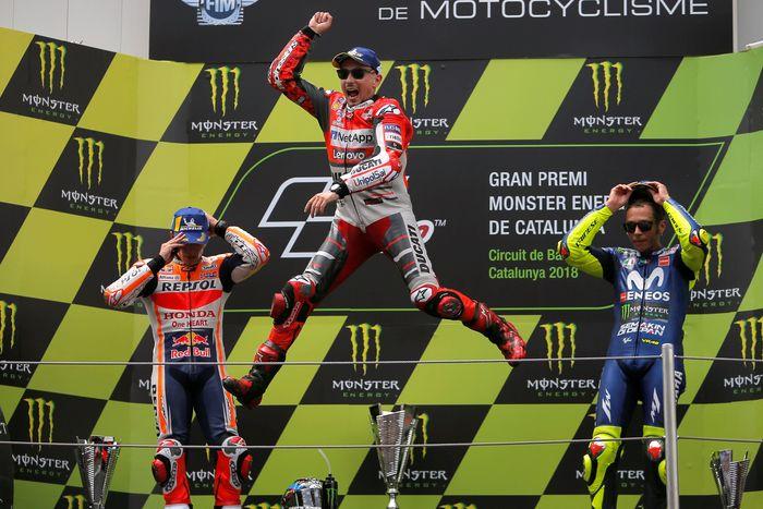 Marc Marquez dan Valentino Rossi melengkapi tiga podium teratas MotoGP Catalunya. REUTERS/Jon Nazca.