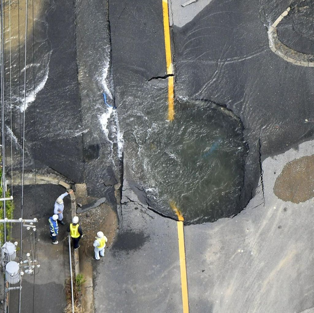 Ini Lubang Besar di Jalanan Osaka Buntut Gempa 6,1 SR