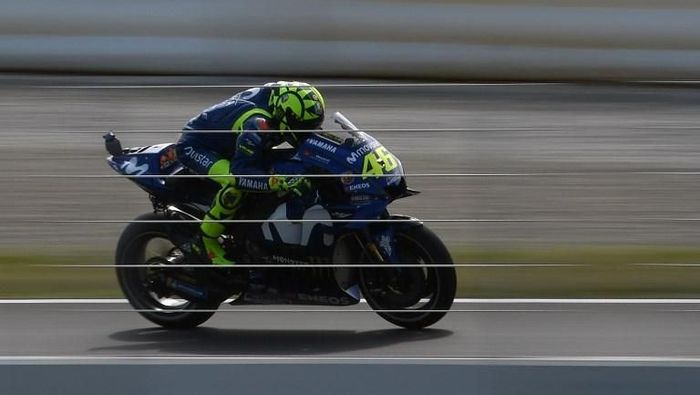 Valentino Rossi melaju di Sirkuit Catalunya (Lluis Gene/AFP PHOTO)
