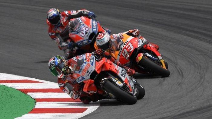 Marc Marquez mengungkap apa yang terlintas di benaknya saat Andrea Dovizioso jatuh di MotoGP Catalunya 2018 (Foto: Lluis Gene/AFP)