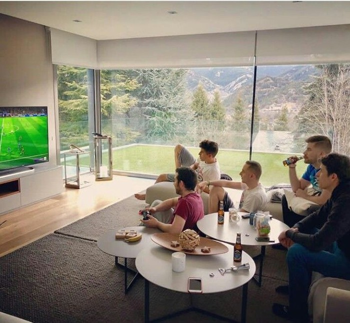 Kumpul bareng teman-teman, Marquez pun bermain games bola sambil menikmati minuman. Foto: Instagram @marcmarquez93