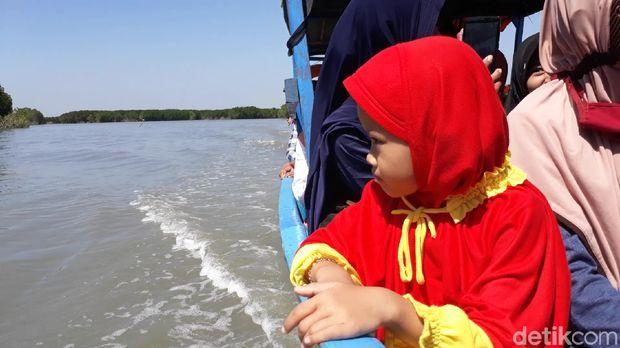Salah satu pengunjung cilik yang naik perahu  (Imam/detikTravel)