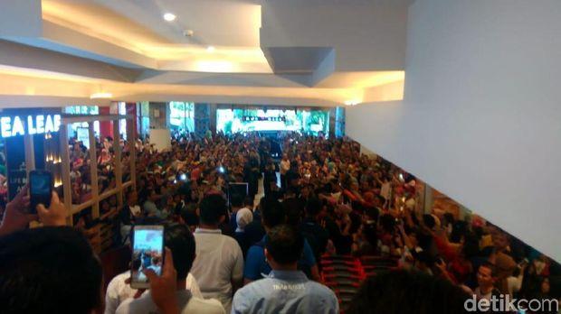 Warga berkumpul untuk bisa bersalaman dengan Jokowi.