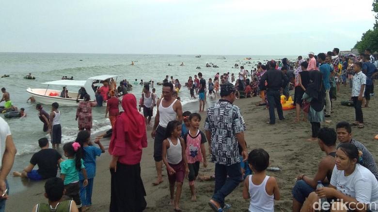 Pantai Ujong Blang di Lhokseumawe dipadati wisatawan (Haris/detikTravel)