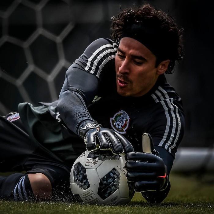 Guillermo Ochoa, kiper timnas Meksiko yang berhasil menahan gawangnya dari kebobolan saat melawan skuad Jerman, Minggu (17/6/2018). (Foto: Instagram/yosoy8a)