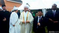Dubes Wahid dan Ravil Gaynutdin, Ketua Dewan Mufti Rusia pada peresmian masjid.