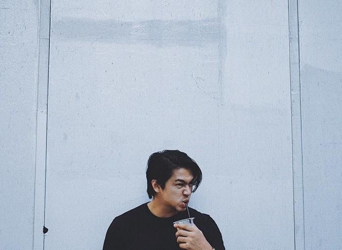 Dalam berbagai kesempatan, Deva seolah tak pernah bisa jauh dari kopi. Lewat instagramnya, ia sering berpose saat menyeruput kopi nikmatnya. Foto: Instagram @devamahenra