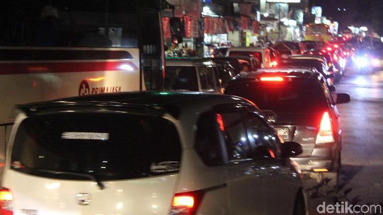 Arus lalu lintas di jalur Kadungora-Leles-Tarogong, Garut macet, Minggu (17/6/2018) malam. Jalanan dipenuhi pemudik dan wisatawan.