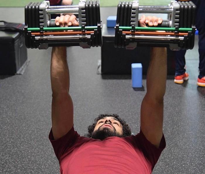 Bagi seorang penyerang seperti Salah latihan beban bisa jadi cara untuk melatih tubuh agar lebih tahan dari cedera serta meningkatkan performa secara keseluruhan. Foto: Twitter/MoSalah