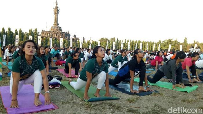 1.200 warga ikut yoga massal. Foto: Nandhang Astika