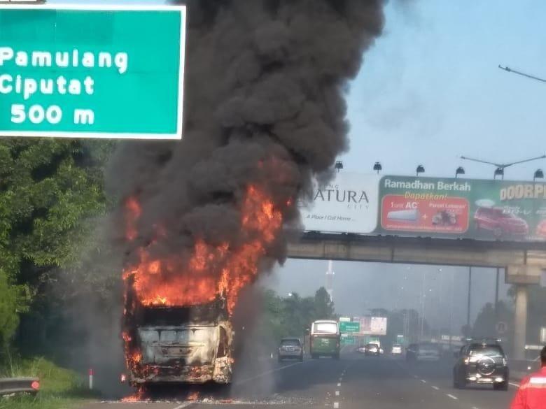 Bus Terbakar di KM 10 Tol Jakarta-Serpong