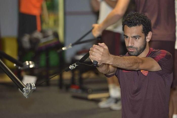Sama seperti atlet lainnya, Salah rajin olahraga di gym untuk melatih kekuatan otot. Foto: Twitter/MoSalah