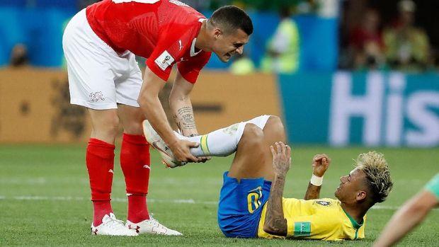 Neymar mendapatkan banyak tekel dari pemain Swiss.