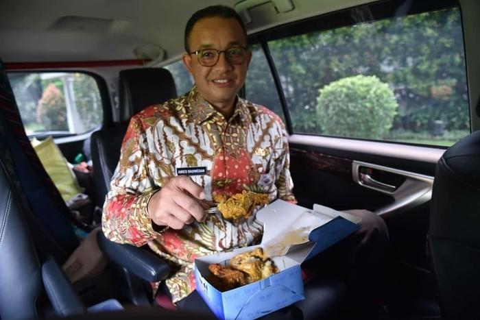 Saat akan melakukan musrenbang ke wilayah Jakarta Timur dan Jakarta Pusat, Anies melahap sekotak nasi Padang di dalam mobil. Rendangnya enak sekali. Rendang memang enak karena TIDAK crispy, tulisnya. Foto: Instagram aniesbaswedan