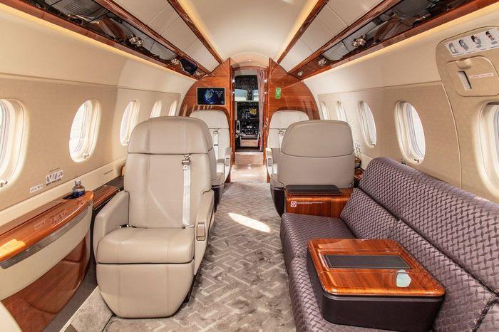 Embraer Legacy 500 ini dihargai US$ 20 juta. Kabin pesawatnya dilapisi kulit mewah dan kayu kustom. Lantainya ditutupi dengan karpet halus dan ubin dari batu mengkilap. Foto: Dok. Businessinsider