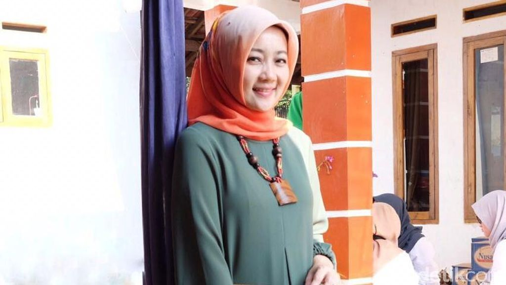 Ini Baju Andalan Istri Ridwan Kamil untuk Blusukan hingga Rapat Kerja