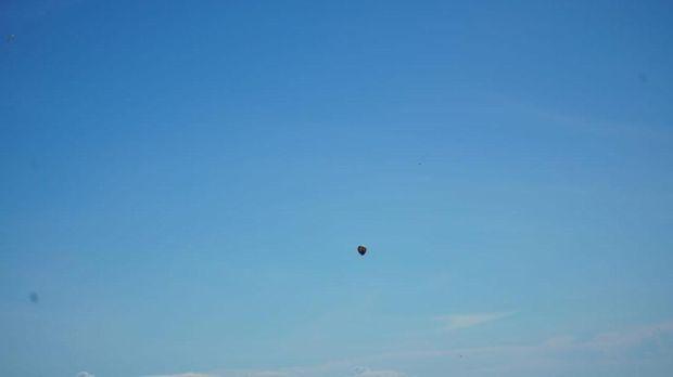 Penampakan balon udara ini ditemui pada ketinggian sekitar 20.000 kaki atau 6 km