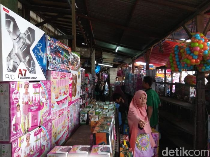 Pantauan detikFinance di lokasi, Senin (18/6/2018) tepian Jalan Basuki Rahmat, yang menjadi lahan parkir pengunjung Pasar Gembrong sudah diisi banyak kendaraan roda dua. Nyaris tidak ada ruang yang tersisa.