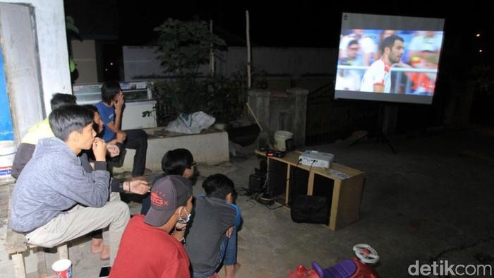 Sebagian pemudik yang melintasi jalur Nagreg, Kabupaten Bandung, Jabar, merasa terhibur saat warga yang tinggal di jalur Nagreg menggelar nonton bareng piala dunia.