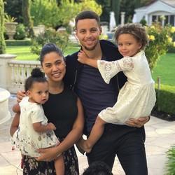 Potret Harmonis Keluarga Kecil Pebasket Stephen Curry
