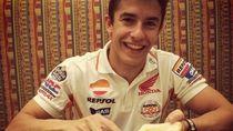 Begini Lho Aksi Pebalap MotoGP Ganteng Marc Marquez Saat Makan