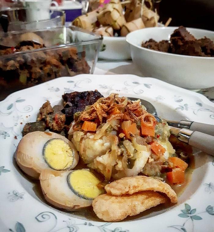 Ketupat lebaran @hkaloko ini katanya perpaduan masakan Betawi dan Padang. Ada semur telur juga ada rendang. Mantap ya! Foto: Instagram @hkaloko