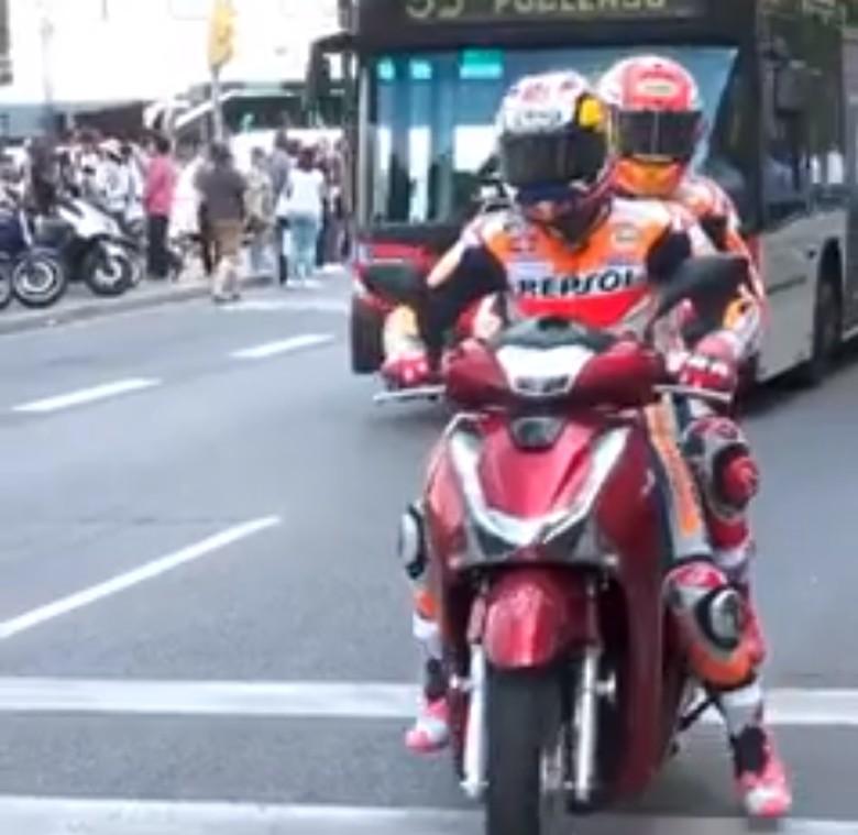 Pedrosa dan Marquez naik Honda SH150i. Foto: Istimewa