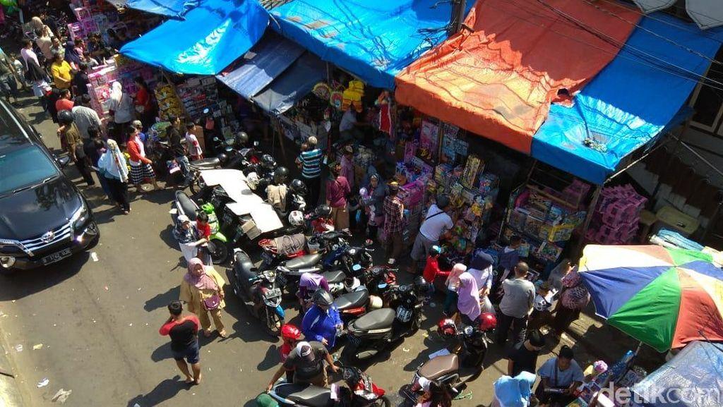 Curhat Pedagang Mainan Pasar Gembrong, Omzet Turun hingga 50%