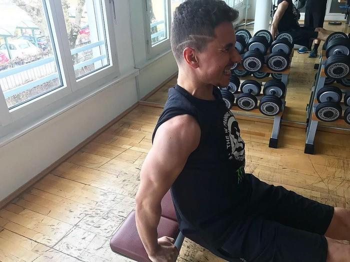 #nonstoptraining adalah tagar yang selalu disematkannya. Demi kemenangan dan naik klasemen, Lorenzo harus rutin berolahraga untuk meningkatkan kebugaran tubuhnya. Foto: Instagram/jorgelorenzo99