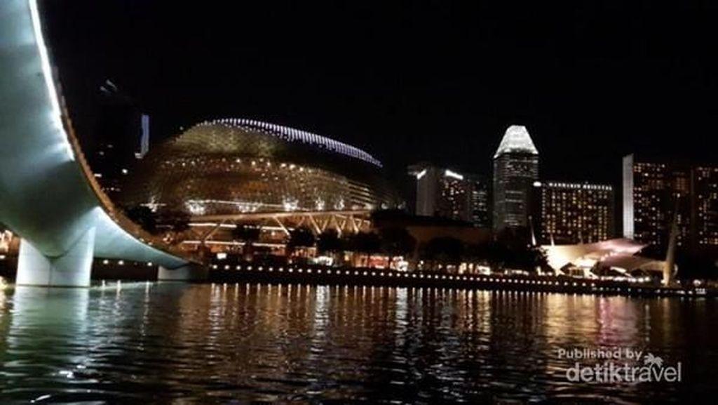 Menikmati Cantiknya Singapura Dari Atas Kapal