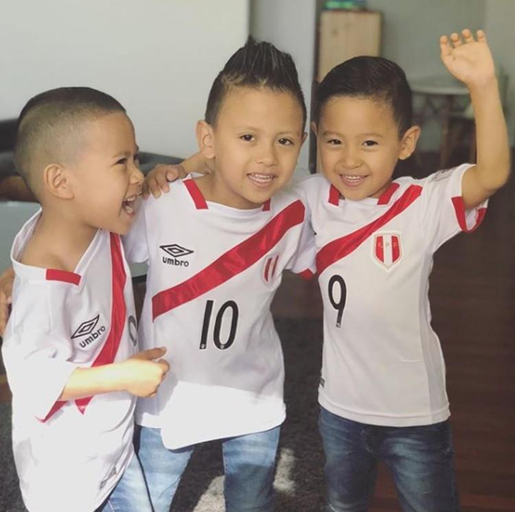 Karena mereka bertiga berasal dari Peru, jadi semangat dan bangga banget nih pakai jersey Peru. (Foto: Instagram @its_threekiddos)