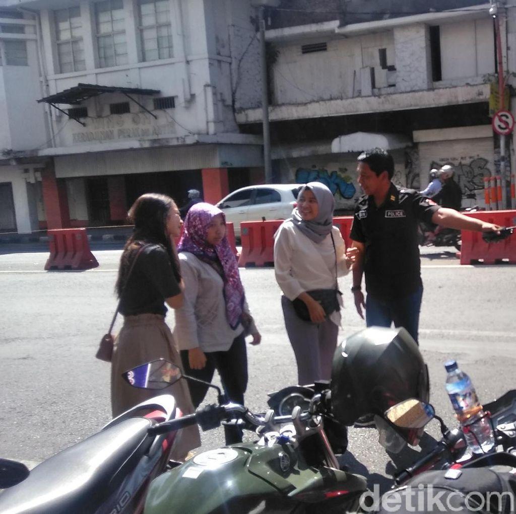 Hayo, Puluhan Pejalan Kaki di Surabaya Nekat Seberangi Pembatas