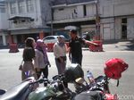 Nekat Seberangi Pembatas, Pejalan Kaki di Surabaya Dihukum Nyanyi