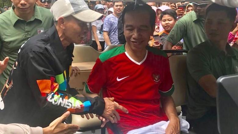 Jokowi Beri Jaket Asian Games ke Warga Saat Lari di Kebun Raya