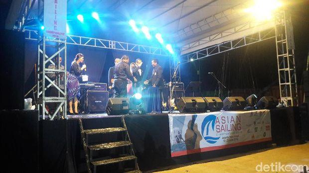 Saat membuka acara, Sandiaga sempat menyanyikan lagu 'Sailing'