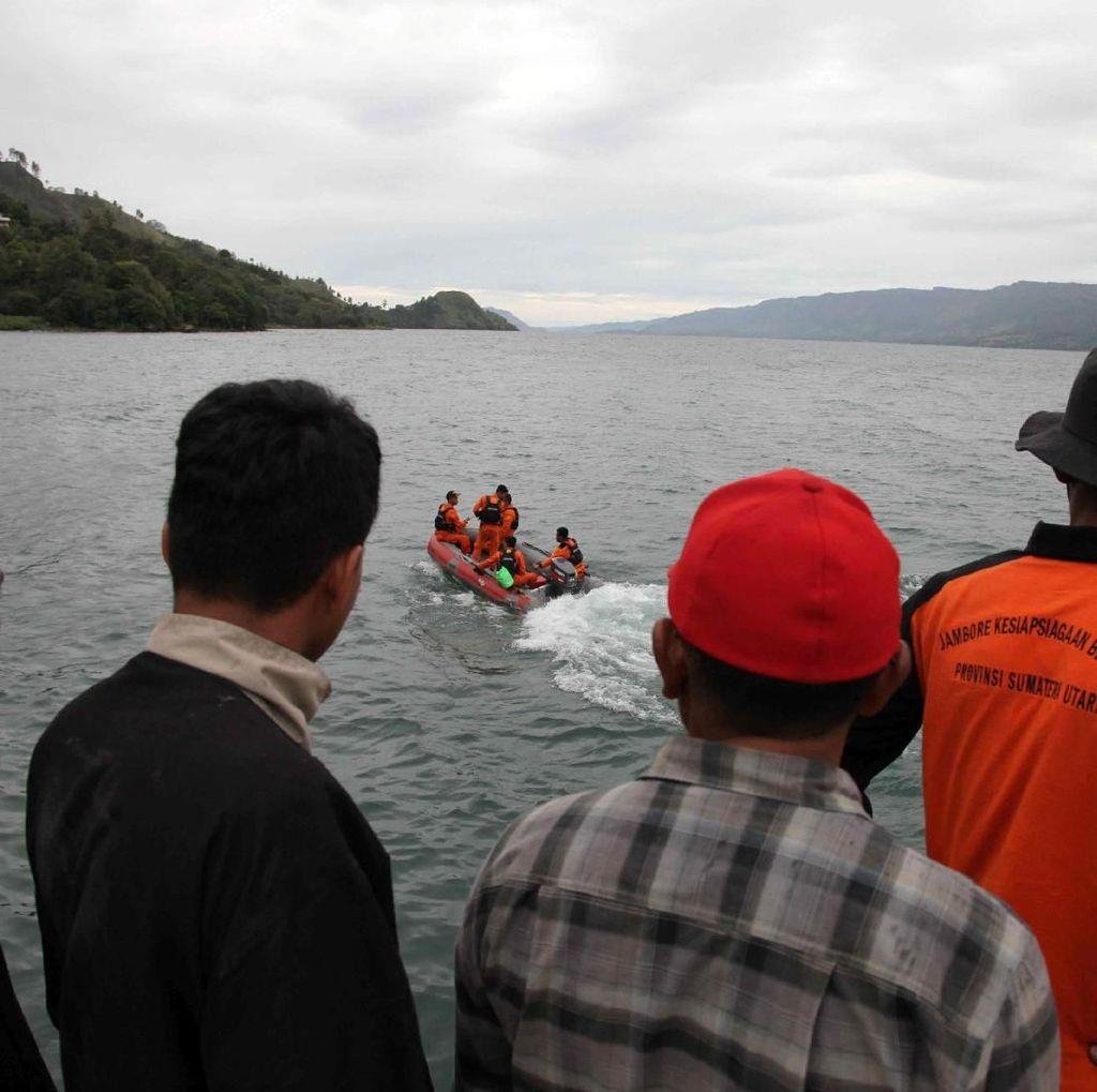 Foto: Proses Pencarian Korban Kapal Tenggelam di Danau Toba