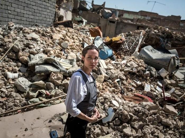 Angelina Jolie mengunjungi Mosul, Irak. Foto: Getty Images