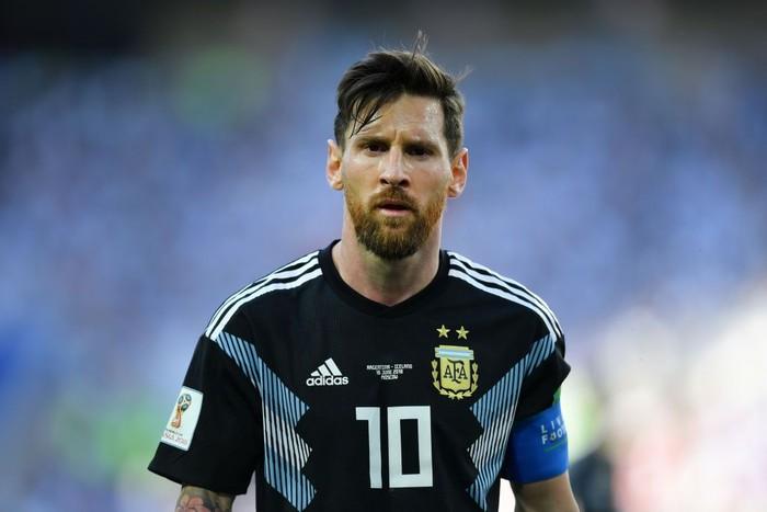 Pemain terbaik dunia Lionel Messi ternyata memiliki gangguan kesehatan. Saat kecil, Messi ternyata mengidap kelainan hormon yang menghambat pertumbuhannya. Biaya pengobatan yang mahal membuat keluarga menyerahkan pada Barcelona FC sehingga ia bisa berobat gratis. Hingga kini, Messi sudah memberikan banyak gelar bagi tim Blaugrana itu. Foto: Getty Images