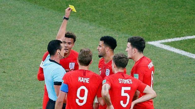 Wasit Wilmar Roldan memberi kartu kuning kepada Kyle Walker dalam laga antara Inggris dan Tunisia.