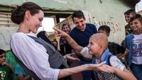 Angelina Jolie terkenal sebagai selebriti yang kerap melakukan kunjungan ke daerah konflik dan membantu masyarakat di sana, khususnya anak-anak. Andrew McConnel-UNHCR/Getty Images