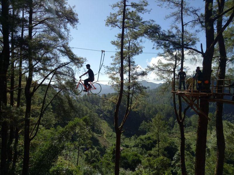 Traveler yang mudik ke Sulawesi Selatan, bisa merasakan wahana sepeda terbang, lokasinya di Kecamatan Tinggimoncong, Kabupaten Gowa, Sulawesi Selatan. (Ibnu Munsir/detikTravel)