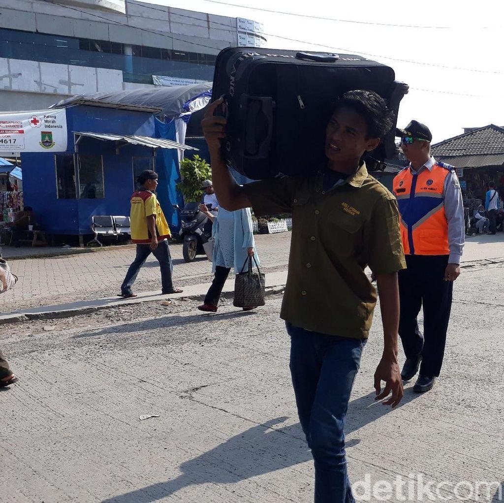 Penumpang Asal Sumatera Mulai Padati Terminal Pelabuhan Merak