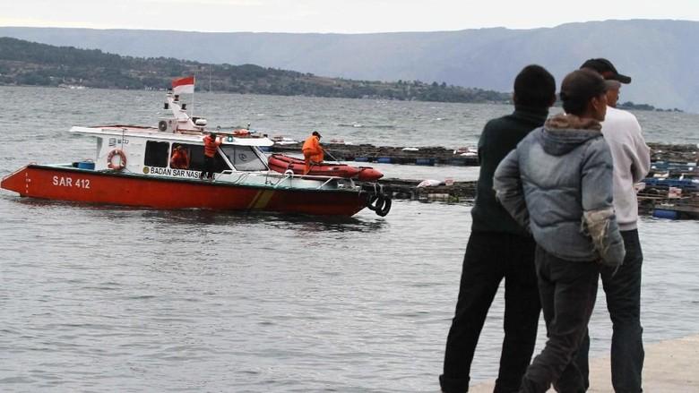 KTP hingga Tas Penumpang Kapal Tenggelam Ditemukan di Danau Toba