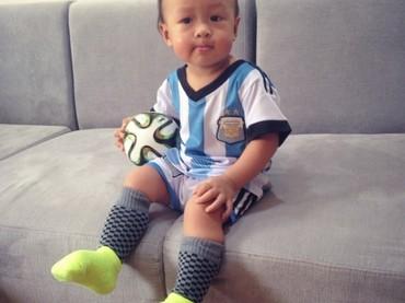Yang ini penggemar beratnya Messi jadi tim negara favoritnya pasti Argentina, hi-hi-hi. (Foto: Instagram @minihappyduo)