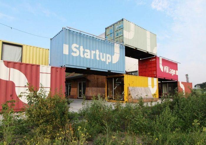 Kantor tersebut didesain oleh Arsitek Belanda Julius Taminiau. Area perkantoran itu diberi nama Startup Village di mana area tersebut dimanfaatkan perusahaan-perusahaan rintisan. Inhabitat/Istimewa.