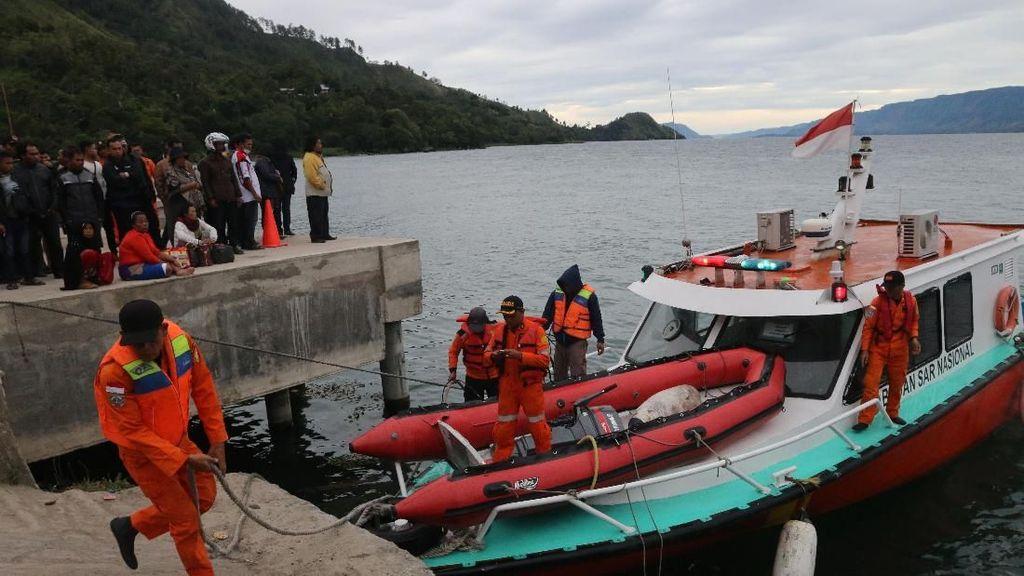 Penyelam Cari Korban, Lalin Kapal di Danau Toba Disetop Sementara